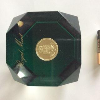 エリザベス女王図、イギリス国章図金メッキコイン入り文鎮、置物やイ...