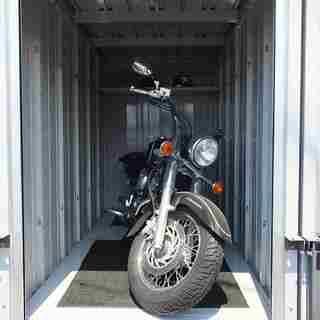 大型バイク対応のガレージ式月極めバイク駐車場