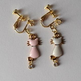 イヤリング ピンクと白の猫