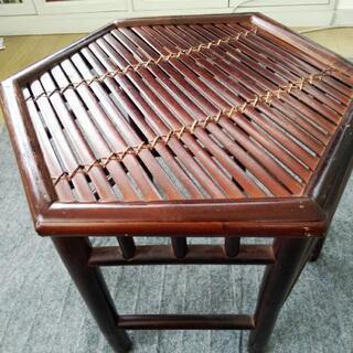 籐製のテーブル