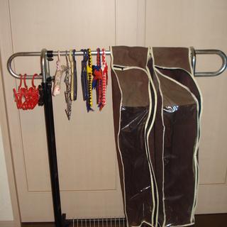 パイプハンガーラック、衣装カバー2袋、ハンガー数種、折り畳みケー...