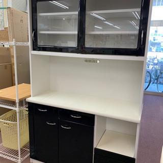 ☆モノトーンカラーの食器棚