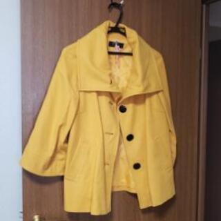 黄色のショート丈スプリングコート