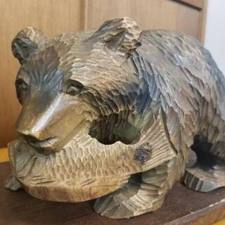 木彫りの魚をくわえた熊 土台付き 32cm×20cm