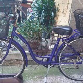 青い自転車 前のタイヤがパンクしてます