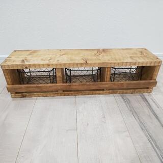 小さなアイアンバツケット3つ付きの収納ラック - 家具