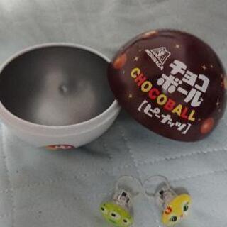 チョコボールの丸い缶とオモチャの指輪二個