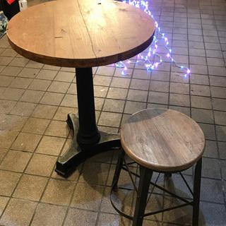 重厚感あるアイアンテーブルと椅子のセット