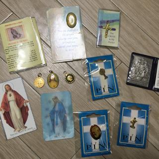 【中古・未使用・聖品】カトリックのピンバッジ、メダイ等写真に写っ...