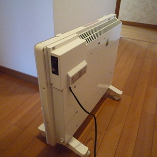 ガラスパネルヒーターです。5~6回、電源を入れた程度で保管…