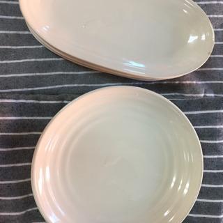 オフホワイトの平皿3枚と長皿4枚中古