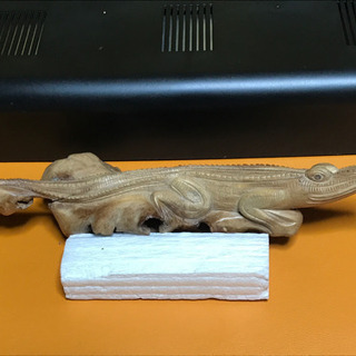 木彫のワニのオブジェ