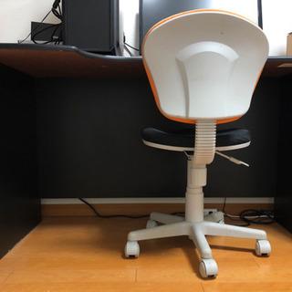 パソコンまたデスクトップを置けるテーブルと椅子セット