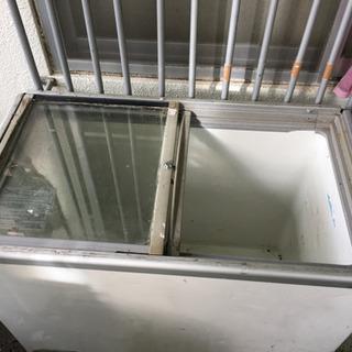 業務用冷蔵庫です、がんがん凍りますがたまには霜取りが必要です。