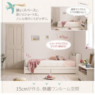白いシングルベッド