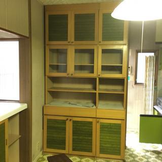 緑使いが洒落た食器棚