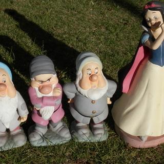 ディズニー こびとと白雪姫の人形の置物