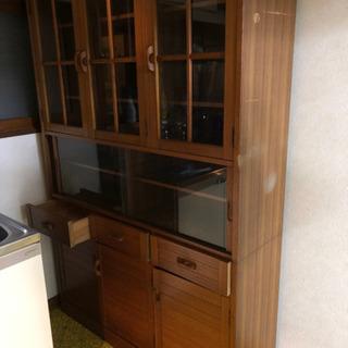 上下分離タイプのレトロな戸棚です。