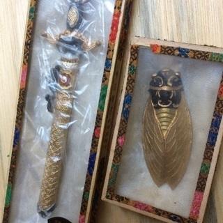 中国土産?剣と蝉の置物の画像