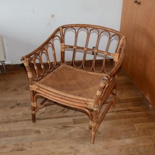 籐でできた椅子2個