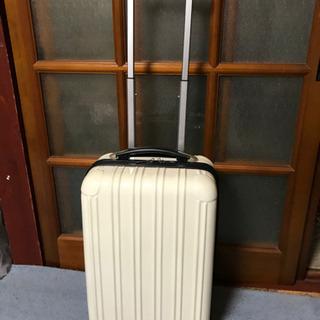 白のかわいいスーツケース