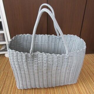 スタジオクリップで購入したビニールのカゴ編みトートバッグ
