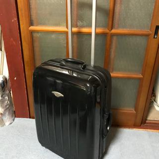 黒のやや大型のスーツケース