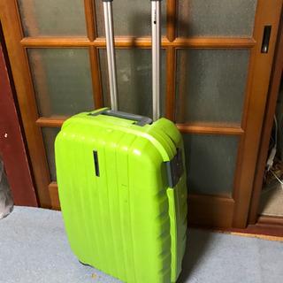 緑のかっこいいスーツケース