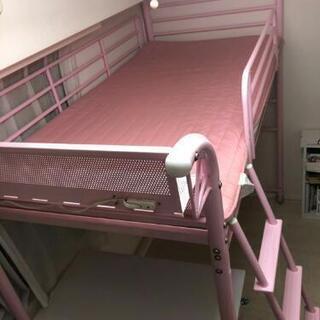 ピンク色ロフトベッド(デスク、マットレス付き)