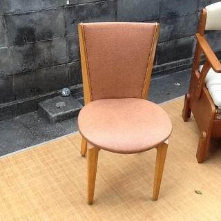 背筋がシャンとなりそうな木製椅子 しっかりとした木製チェア 1つだけ
