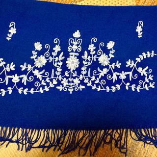 刺繍が綺麗なブルーのストール