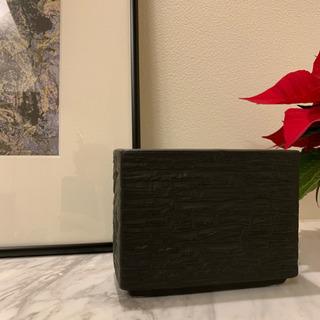 黒い小ぶりな花瓶