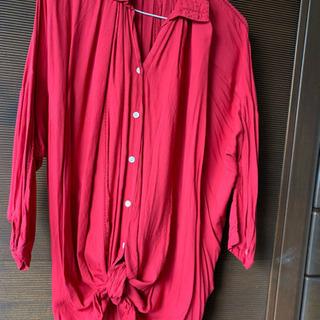 赤いドレープシャツ