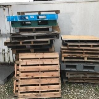 大量木材·薪とパレットがありまして無料に譲りますので、ご相談ください。