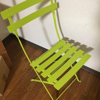 ステンレス製の椅子。折りたためます。