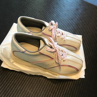ボウリング専用の靴です。