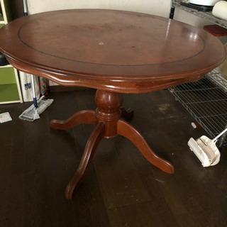 ヨーロッパ調の丸テーブル