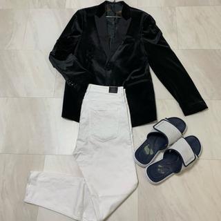 ZARAのジャケットとホワイトジーンズとスケッチャーズのサ…