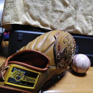 阪神タイガース オールドファン必見 グローブ、ボール、旗の画像