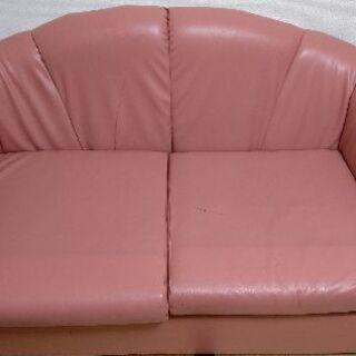 ピンクの2人掛けソファー。