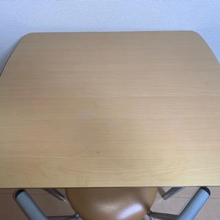 机とテーブルセット