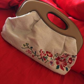 お花の刺繍が入ったバッグ