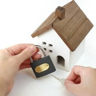 家の玄関の鍵を交換します。