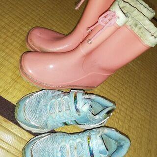 ピンク長靴とブルーシューズです