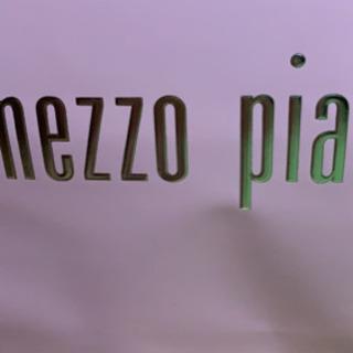 mezzo pianoの化粧箱とスニーカー