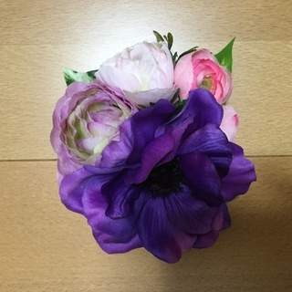 紫とピンクの花髪飾り
