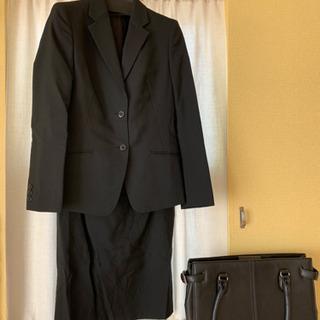 レディース黒スーツと牛革カバン