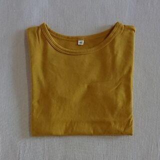 マスタードカラーのTシャツ
