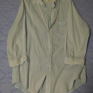 七分袖くらいのシャツ