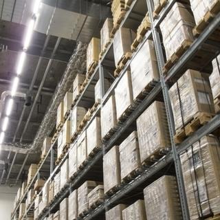 ネット通販商品の出荷作業 室内で「検品・仕分け・シール貼り・梱包...